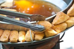 gebakken tofu met saus zijn traditionele Chinese snacks foto