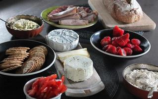 crackers en kaas met fruit foto