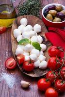 mozzarella in houten kom foto