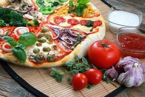 zelfgemaakte pizza op tafel foto