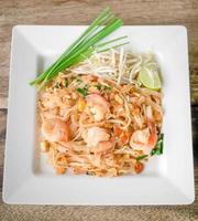 pad thai, roergebakken rijstnoedels foto