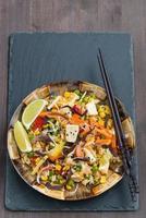 gebakken rijst met tofu, groenten, verticaal, bovenaanzicht