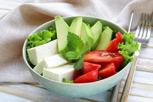 Salade in Aziatische stijl met tofu kaas, avocado en tomaat