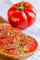 brood met tomaat en basilicum foto