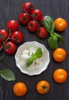 mozzarella, kerstomaatjes en basilicum foto