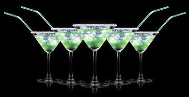 cocktail smoothie, met plakjes kiwi op een zwart foto