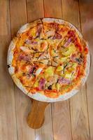 zelfgemaakte Hawaiiaanse pizza foto