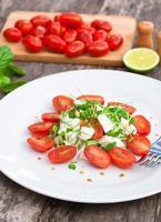 vegetarische tomatensalade met mozzarella foto