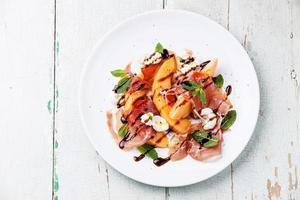 Salade van meloen en ham met ham foto