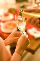 hand met champagne foto