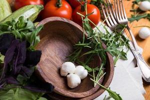achtergrond van gemengde groenten met houten kom foto