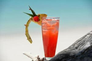 fruitige mocktaildrank op strand foto