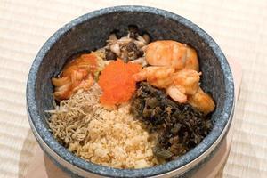 Japanse stenen kom gemengde rijstschotel foto