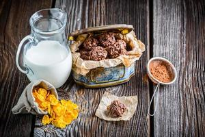 zelfgemaakte zoete chocolade balletjes met cornflakes en melk foto