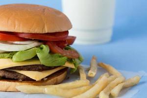 heerlijke cheeseburger met melk en tomatensaus foto