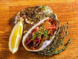 salade in oester geserveerd met groenten en citroen foto