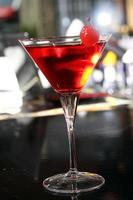 roze martini-cocktail in een bar