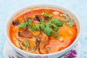 hete en zure soep en garnalen foto