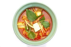 Thais eten rode curry kip op witte achtergrond foto