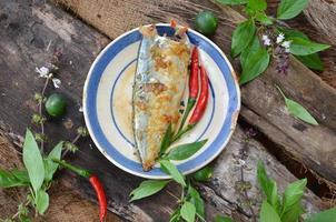 gestoofde vis met vissaus in Vietnamese traditionele stijl