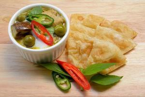 Thais eten: groene curry met kokosmelk en gebakken roti foto