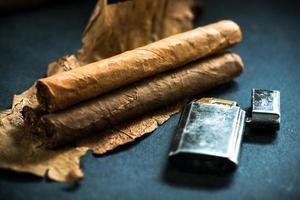 Cubaanse sigaren op tabaksbladeren foto
