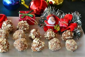 zelfgemaakte chocoladetruffels met noten kerst dessert foto