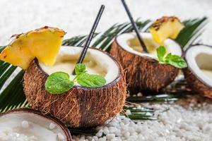 close-up van pinacolada met muntblad in de kokosnoot foto