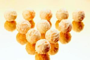 witte chocoladepralines op gouden basis foto