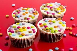 chocolade cupcakes met kleurrijke chocoladedruppels foto