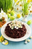 traditionele Pasen cake van chocolade met chocolade-eieren. foto