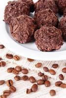 heerlijke chocolaatjes op plaat close-up foto