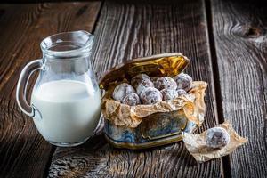 zelfgemaakte zoete cacaobolletjes met poedermelk foto