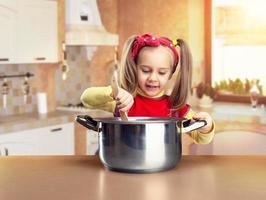 klein meisje koken foto