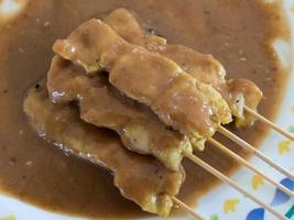geroosterd varkensvlees (moo sa tae) Thais traditioneel eten met saus foto