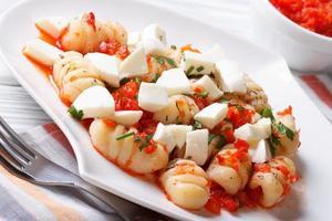 gnocchi met mozzarella en tomaten macro. horizontaal foto