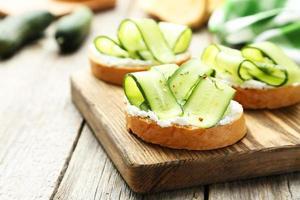 lekkere verse bruschetta met komkommer foto