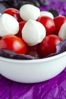 mozzarella en cherrytomaatjes in een porseleinen kom foto