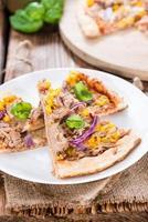 zelfgemaakte tonijnpizza foto