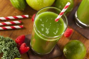 gezond groen groente- en fruitsap smoothi foto