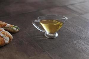 olie, plantaardige olie op tafel foto