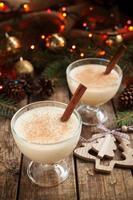 Advocaat kerst seizoensgebonden traditionele alcoholvrije eierlikeur in twee foto