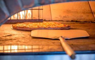 steenoven pizza klaar foto