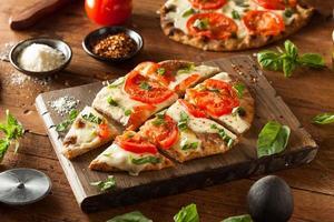 zelfgemaakte margarita flatbread pizza foto