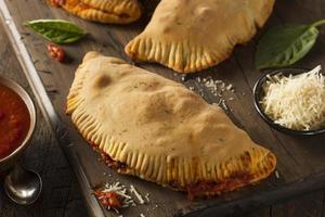 zelfgemaakte Italiaanse vlees- en kaascalzones foto