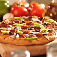 opperste Italiaanse pizza met pepperoni en beleg foto