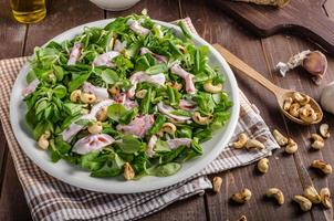 salade met tomaten en geroosterde noten foto