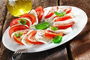 kleurrijke plakjes kaas en tomaat foto