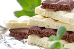 plakjes pure en witte chocolade foto