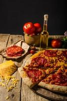 rustieke salami pizza met cheddarkaas en chorizo foto